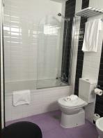 La Catedral Hotel: bathroom.